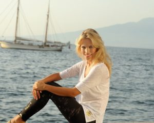 девушка на море в белой футболке