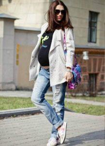 Джинсы с пиджаком для беременных