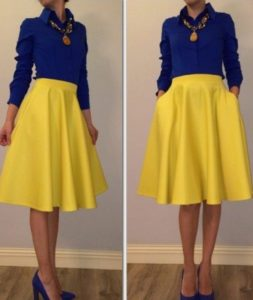 горчичная юбка и синяя блузка