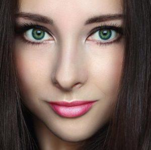 Ярко-зеленые глаза и темные волосы